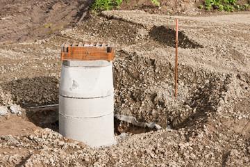 Strassenbau - Betonelement bilden den Schacht für einen Gulli