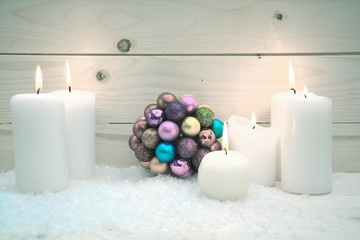 Christbaumschmuck und weiße Kerzen