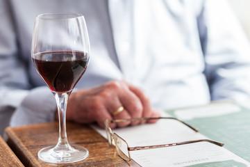 vaso de vino en la mesa