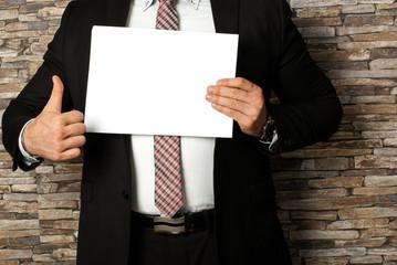 Geschäftsmann mit weißen Blatt Werbung