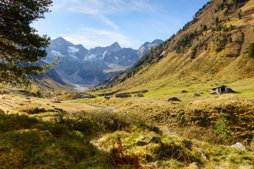 herbstliche Almlandschaft mit Berghütten
