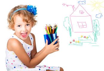 Bambina con le matite colorate
