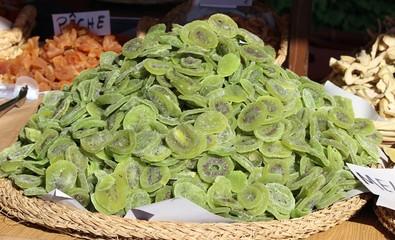 Fruits déshydratés : kiwis au marché