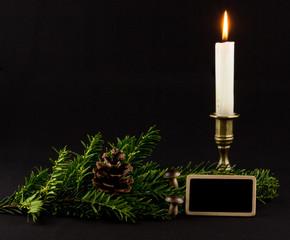 Tafel mit Tannengrün und Kerze