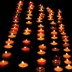 Bougies lumineuses dans le noir