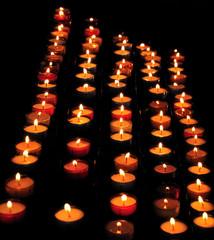 Belles bougies et leurs flammes dans le noir