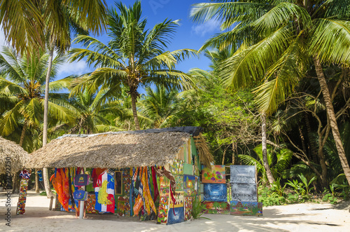 Foto Spatwand Centraal-Amerika Landen Beach with covered with a thatched roof hut with souvenirs