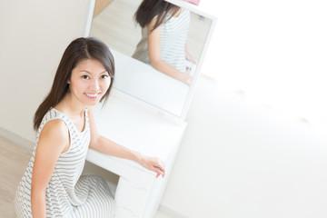 鏡の前の女性 美容