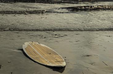 Tavola da Surf abbandonato sulla spiaggia