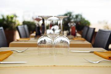 Бокалы на столе в ресторане
