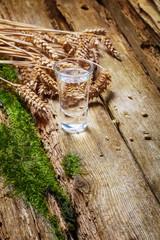 Schnapsglas auf altem Tisch