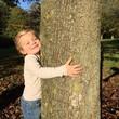 canvas print picture - Kind umarmt Baum