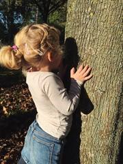 Kind spielt verstecken