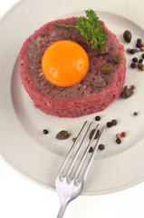 Steak tartare dans l'assiette