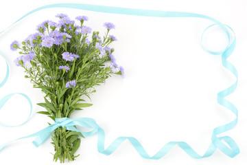 クジャクソウの花束とリボン