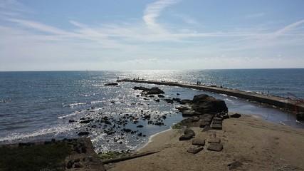 Orizzonte marino con scogliera