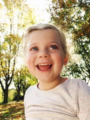 Lachendes Mädchen im Park