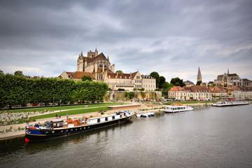 Auxerre, Bourgogne, la ville et le port fluvial