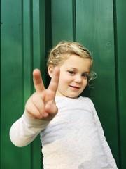 Mädchen macht Victory Zeichen
