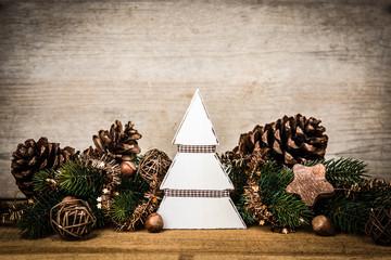 holzbaum mit weihnachtsdekoration