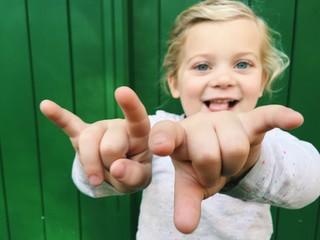 Mädchen macht Rock n Roll Zeichen