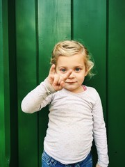 Cooles Mädchen macht Rock'n'Roll Fingerzeichen