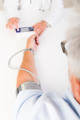 patient bekommt den blutdruck gemessen