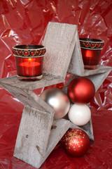 houten kerstster met rode en witte kerstballen en kaarsen