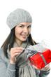 Hübsche lächelnde Frau öffnet ein Geschenk