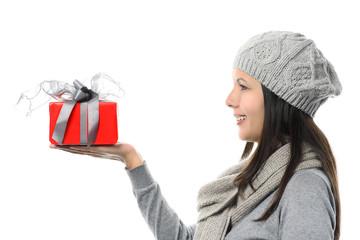 Lächelnde Frau hält ein Geschenk, Profilansicht