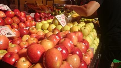 Manzanas en puesto de mercado