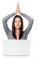 Frau im Büro meditiert oder macht Yoga