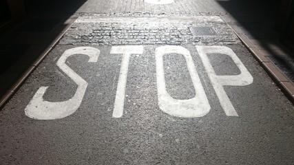 Stop pintado en la calzada