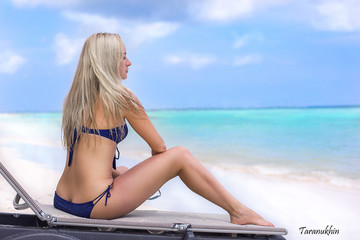 Beautifull blonde girl on the ocean beach