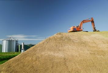 Biogas - Bagger plättet großen Silagehaufen