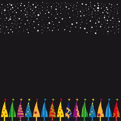 Bunte Weihnachtsbäume vor schwarzem Sternenhimmel
