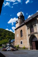 Campan, l'église, le monument aux morts.