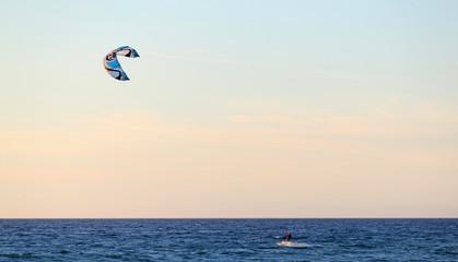 Kitesurfen am frühen Abend