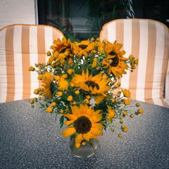 Strauß mit Sonnenblumen auf dem Tisch