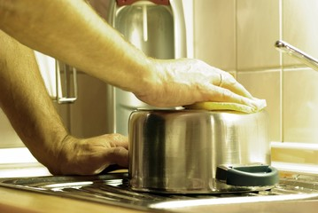 Mann beim Abwasch