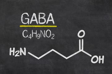 Schiefertafel mit der chemischen Formel von GABA