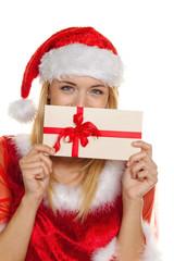 Weihnachtsfrau mit Gutschein