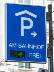 Schild zu einem Parkhaus