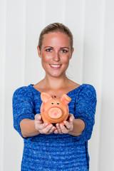 Frau mit Sparschwein