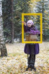 Девушка в раме и в лесу, ловит первый снег в ладонь