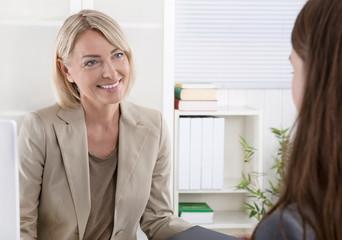 Frauen im Gespräch: Kunde und Berater