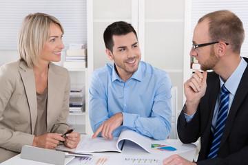 Meeting im Büro: Gruppe von Personen in einer Besprechung