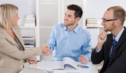 Begrüßung von Geschäftspartnern im Büro
