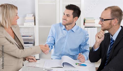Leinwanddruck Bild Begrüßung von Geschäftspartnern im Büro