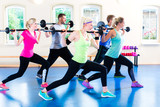Naklejka Grupa ludzi ćwicząca fitness ze sztangami